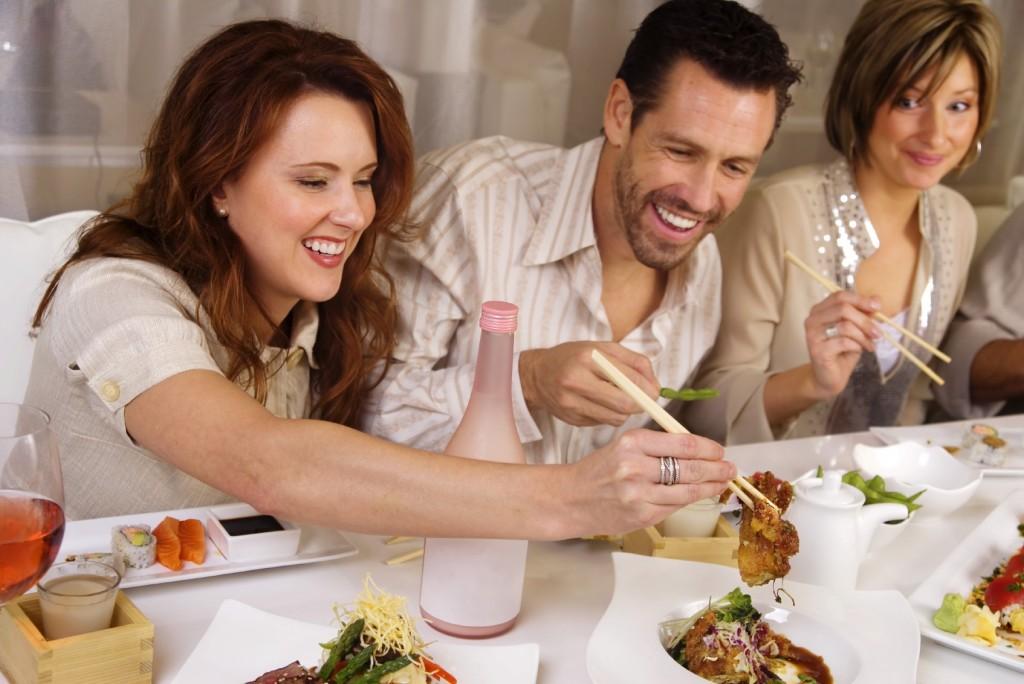 Comer con palitos chinos