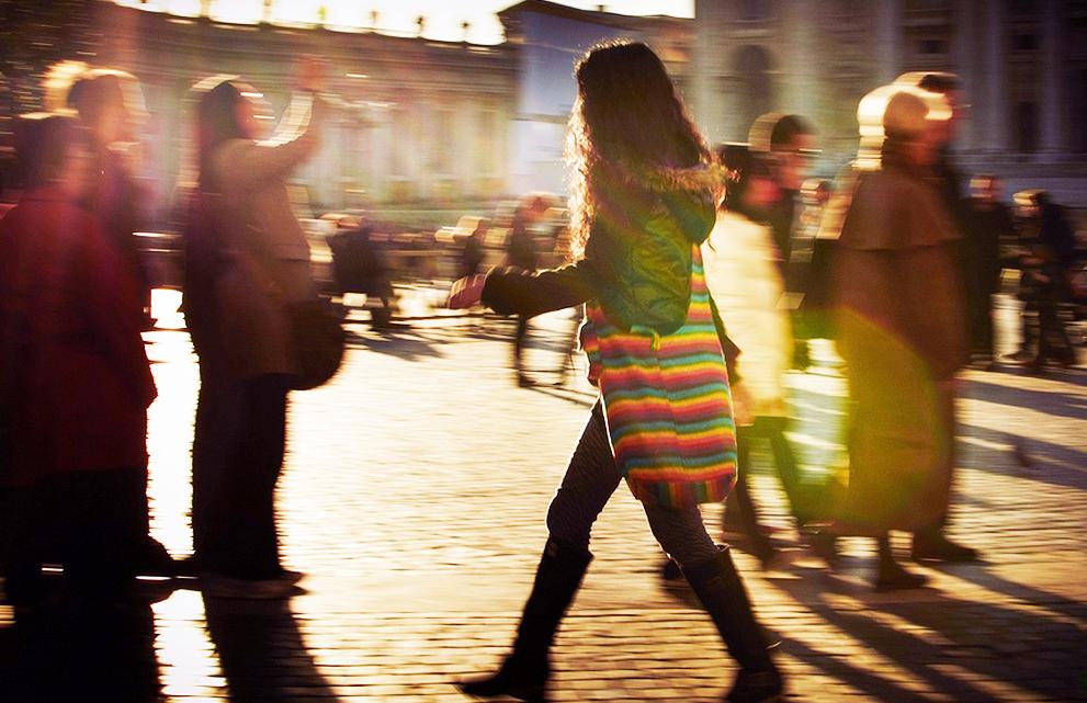 Por qué movemos los brazos al caminar