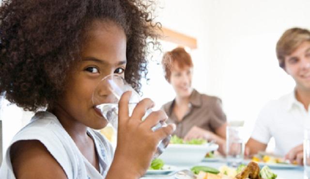 Tomar Agua mientras comemos